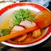 厚木本丸亭 - 料理写真:本丸塩らー麺 850円 美味しいバラロールチャーシューが大中2枚、本丸亭と言えばの春菊の下には葱と肉ワンタンがひとつ。