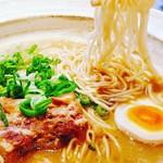 郷里 - 『白とん』本場九州の極細ストレート麺と沼津の魚介豚骨スープが最高。中太全粒粉麺も選べます。