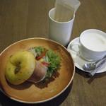 オッコ ベーグル - グルメサンド(生ハムバジルサラダ)&カフェラテ