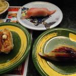 すし蔵 - 料理写真:訪れたのは平日の夜8時です。店内はほぼ満席。地元の人が多そうです。レーンには美味しそうなお寿司がたくさん流れていました。