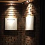 常陸野ブルーイング水戸 - レンガ調の外壁にはフードメニューが飾られています。