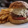 常陸野ブルーイング水戸 - 料理写真:常陸牛の肉をコンビーフにしてハンバーガーに。フライドポテトも付いています。