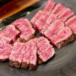 焼肉ホルモンせいご 名駅西口店 - 黒毛和牛ザブトンと内ももの食べ比べ
