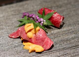 焼肉ホルモンせいご 名駅西口店 - バフン雲丹とリブ芯の握り、クラシタの漬け握り