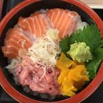73822671 - 日替(サーモン、ネギトロ丼、あじフライ、天然タイ焼) ¥1,080 のサーモン、ネギトロ丼