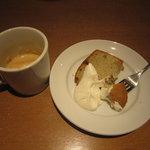 7383644 - バナナのシフォンケーキとカプチーノ