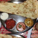 ヒマラヤンキャラバン - 料理写真:Cランチ  バターチキンと豆カレー 辛口 ナン食べたいのでライスはナシ