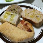 ピッツェリア チルコロ - パンは5種類。食べ放題。ピザトーストは限りがあるらしく、無くなったら終了。