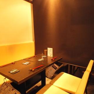 テーブル席には仕切りのカーテンにより半個室空間。
