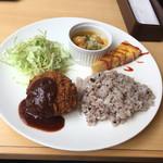Kanda Food Market - メンチカツのプレートランチ ドリンク付きで800円