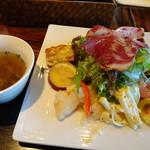 ノムカ+cafe - ◆最初に「スープ」と「前菜盛り合わせ」が出されます。