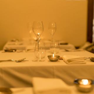 カウンターや大テーブル、小さいけど温かな空間