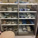 自由軒 - 冷蔵ケースの中には小鉢が並んでいる