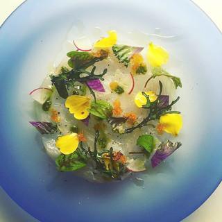 和食をベースに西洋料理の技術を散りばめた美しい創作料理