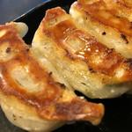 梵天丸 - 焼ギョーザ (5個入り)のアップ〜(*^▽^*) タネにしっかり味付けがしてあるのでタレは不用です(*^▽^*)