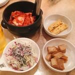 赤坂韓国料理・焼肉 兄夫食堂 - 牛肉味噌チゲ+ミニビビンバ ランチイベント @1,580円→@790円 最初に提供されたサラダ・前菜2種・キムチ。キムチは壺の中から好きなだけ。器はまるで給食みたいなプラスチック製。