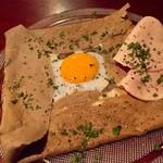 ツキコヤ - 信州のそば粉を使ったガレット コンプレット(たまご、ハム、チーズ)