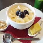 アーユルヴェーダ・カフェ ディデアン - ヨーグルトで食べるフルーツグラノーラ(1080円)