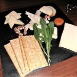 BAR 九献 - [料理] チーズ 盛り合わせ 全景♪w