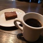 コーヒーボーイ - ドリンク写真:ビーターショコラ(フレンチプレス)とブラウニー