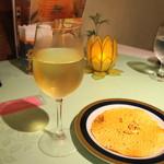 シャングリーラ - 白ワインとパパド、ナッツ