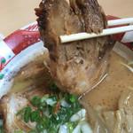 らーめん しまじ - 箸で持ち上げるのが大変なくらいトロトロ焼豚