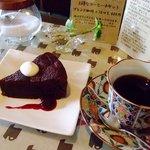 すぎやま珈琲 - 本日のおやつ「チョコケーキ」&「ホンジュラス」