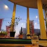 エビス茶屋 - 出窓の外にはお好み焼きののぼりが並んでいます。