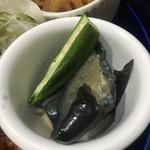 彩 - 二種類(タルタルと醤油)のから揚げ定食750円に付く小鉢その1(漬物と思いきやナスの煮浸しとオクラの茹で物でした)