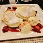 73905765 - 林檎のキャラメリゼとベリーソースのパンケーキ