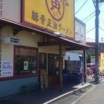 中華そば寅 - 店の左側駐車場