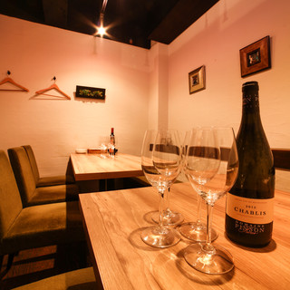 完全個室でタパスからメインまで幅広いメニューをワインと楽しむ
