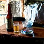 伊勢末商店 - ドリンク写真:赤星中瓶と6Pチーズ片・グラスが傾いているのが何ともいい