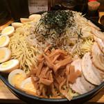 らあ麺 天仁 - 「天仁 オリジナルつけめん でか盛り」「つけ麺&具材」「寿司桶」の平べったさを嘗めてはいけない。「寿司桶」の中の麺は、見た目の 1.5倍は充分にあるのだ。