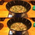 らあ麺 天仁 - 「天仁 オリジナルつけめん でか盛り」「つけ汁」2杯。つけ汁は、魚粉をふんだんに使用したスープで、『らあ麺 天仁』自慢の豚骨スープと合わさり、中太ストレート麺との絡みもよい。