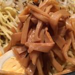 らあ麺 天仁 - 「天仁 オリジナルつけめん でか盛り」「つけ麺&具材」接写。メンマにフォーカス。早い段階から、チャーシュー、メンマ、もやし、茹で玉子を食してしまうに限る。