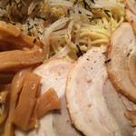 らあ麺 天仁 - 「天仁 オリジナルつけめん でか盛り」「つけ麺&具材」接写。チャーシューにフォーカス。チャーシュー、メンマ、もやしは、早い段階でクリアし、麺を 2/3 余り食し切る頃には完了した。