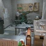 くろ松 - 漏れの座った正面に製麺機が鎮座