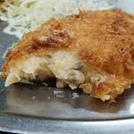 レストラン ポパイ - カニクリームコロッケを箸で開ける