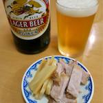 三吉屋 - 「ビール」(500円)はキリンラガーの中瓶でチャーシューとメンマのお通しが無料サービス