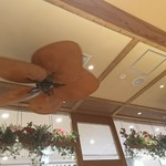 モアナキッチンカフェ - 店内と天井の扇風機