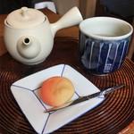 一保堂茶舗 喫茶室 嘉木 - 極上玄米茶と生菓子のセット お菓子は千本玉壽軒製「実り」