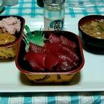 大漁丼家 - 5番寿司ネタ鮪の鉄火丼、18番カニウニイクラ丼、日本酒