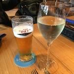 73947674 - エキストラコールドの生ビール                       グラスのスパークリングワイン