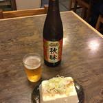 73948111 - セットの大瓶ビールと、冷奴¥350。                       豆腐は一丁まるまるやん!!