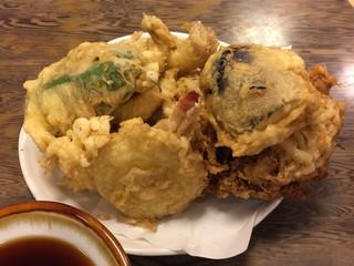 満留賀 - セットの天ぷら10品。なんともボリューミー!
