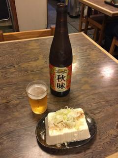満留賀 - セットの大瓶ビールと、冷奴¥350。 豆腐は一丁まるまるやん!!