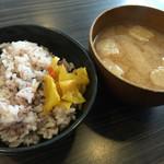 はらだ牧場 - 十五穀米・味噌汁・漬け物(おかわり自由)
