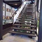 73966017 - 階段と絵画