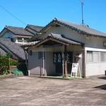 山ちゃん - 店前の駐車スペース